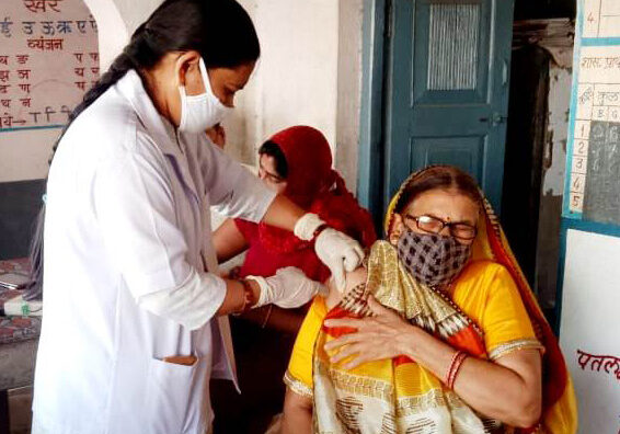 Vaccination of older people - Photo by HelpAge India_crop